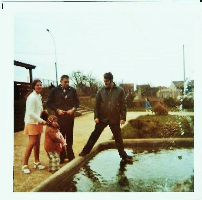 La fontaine (visible à l'entrée). Photo de Liliane Brochard 1974,  Collection JPol Masina